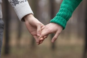 彼女と手をつなぐ