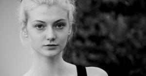 女性の美しい顔モノクロ