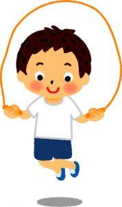 縄跳びをする幼稚園児