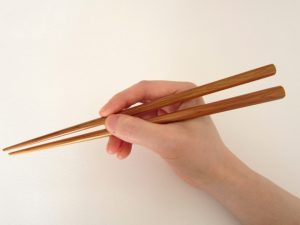 お箸を持つ手