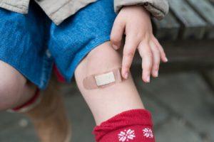 絆創膏を貼った子供の足