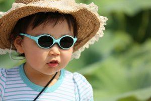 麦藁帽の幼児