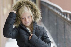 温かい服装の少女