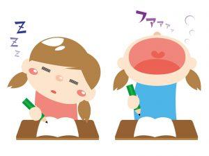 居眠りをする子供とあくびをする子供