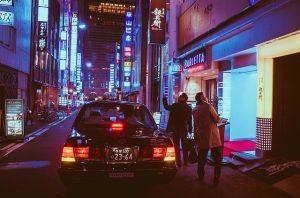 夜の繁華街で運転