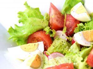 茹で卵の入った野菜サラダ
