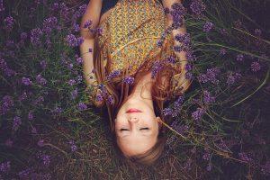 ラベンダー畑の少女