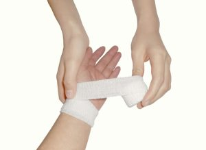 手首に包帯を巻く
