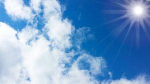 紫外線の降り注ぐ青空