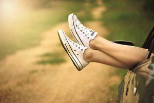 スニーカーをはいた足